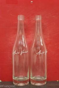 Deux bouteilles vides sur fonds rouge